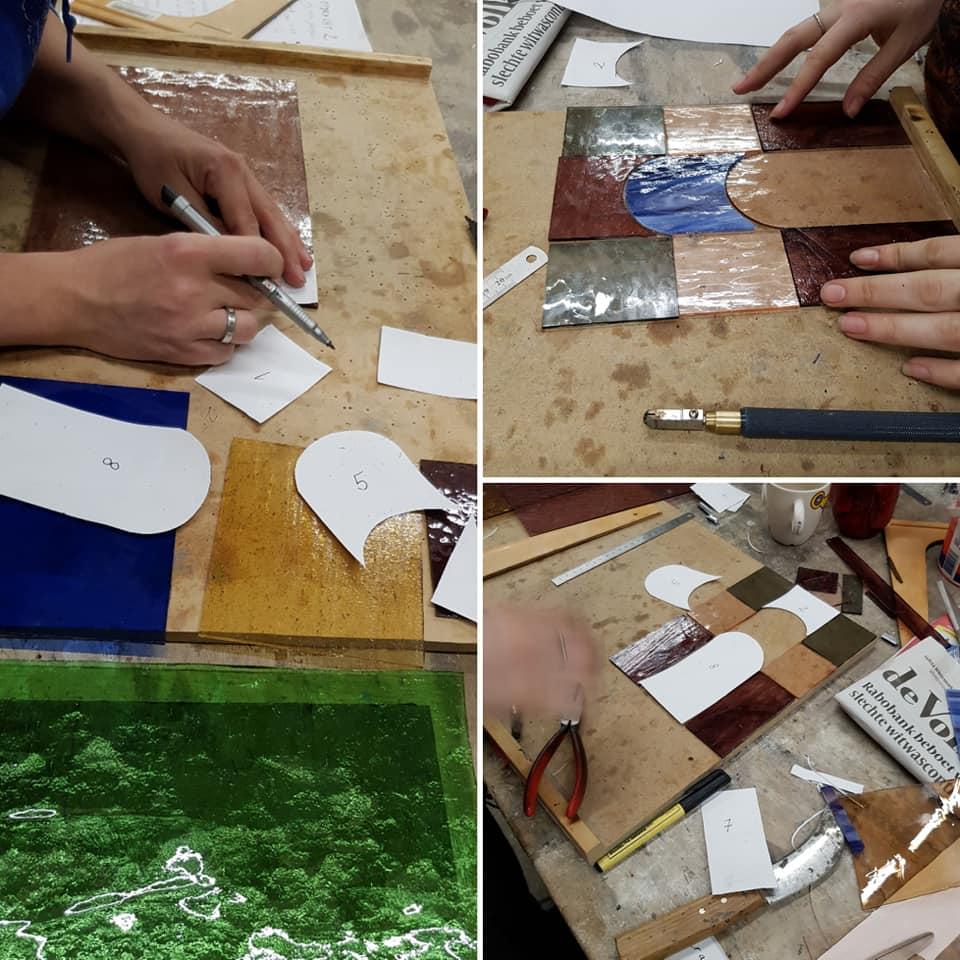 werken met een patroon schaar tijdens de glas in lood cursus