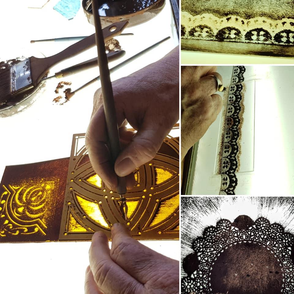 sjablonen schilderen tijdens de brandschilder cursus met verschillende soorten sjablonen