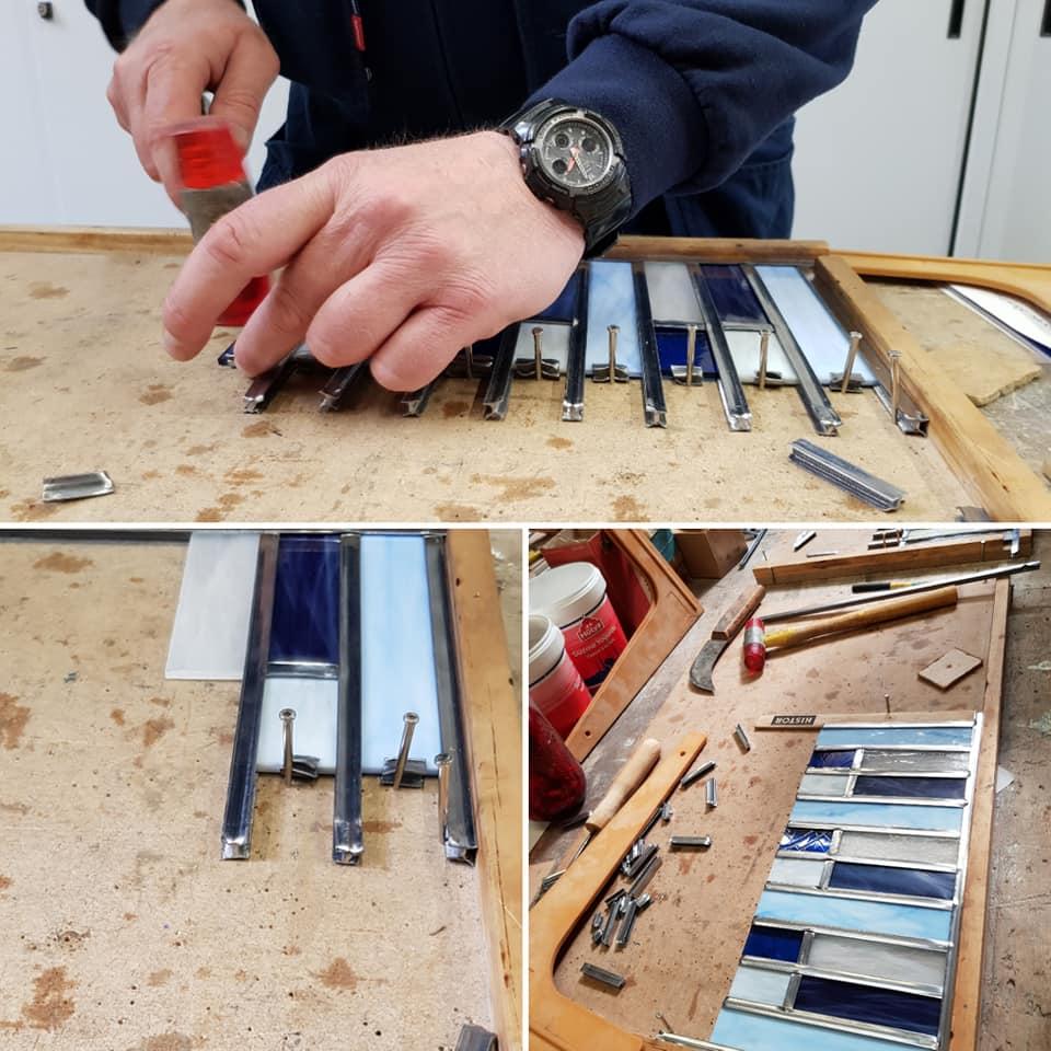 het maken van een piano raampje tijdens de zaterdag cursus glas in lood