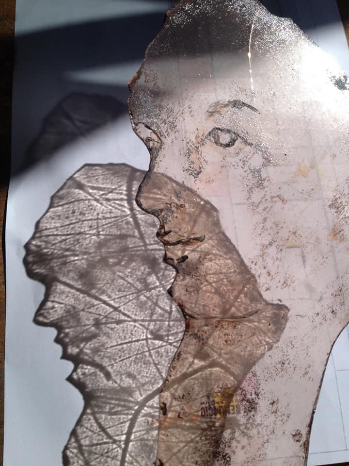 onderdeel van een groot tiffany raam, gebrandschilderd gezicht tijdens de cursus