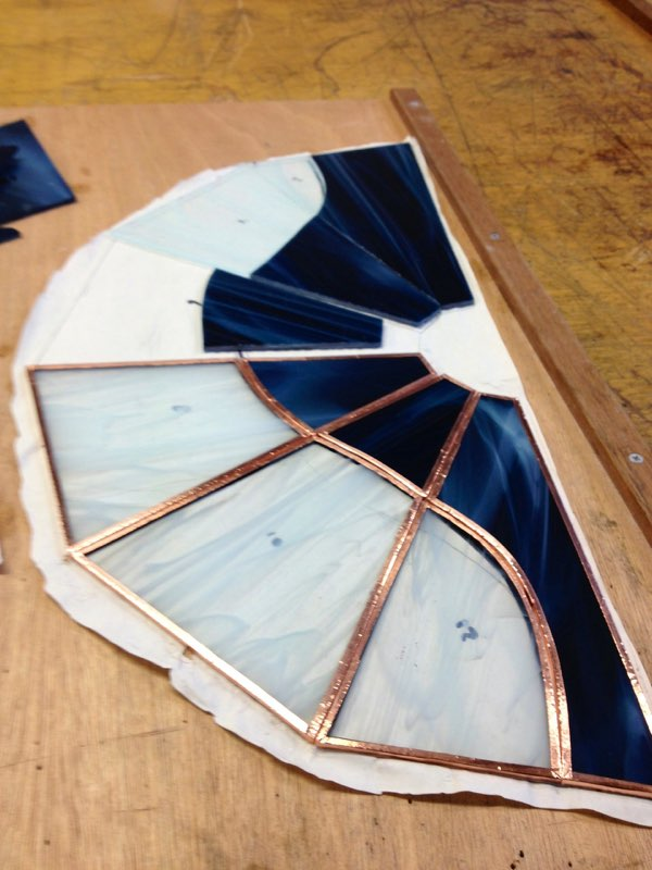 ontwerp loopt over het hele lampje bedacht door cursiste tiffany 2 en 3 D glas cursus