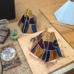 paddestoelen lampje word in delen aan elkaar gezet tijdens de tiffany 2 en 3 D glas cursus